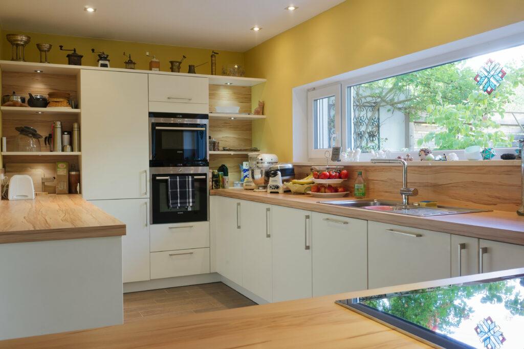 Foto einer aufgeräumten und gut beleuchteten Küche